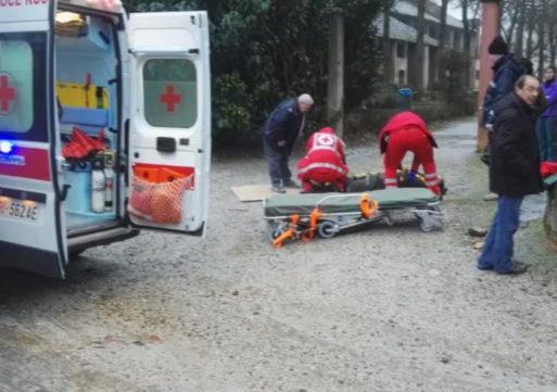 Cade sul ghiaccio, rimane a terra oltre un'ora nell'attesa di un'ambulanza