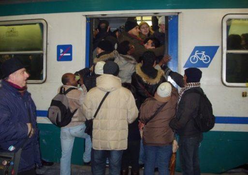 Uno spruzzo di neve e i treni vanno in tilt, disagi per i pendolari